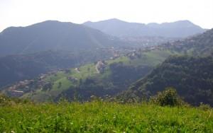 Il paesino di Amora visto dal Monte Rena, Altopiano di Aviatico