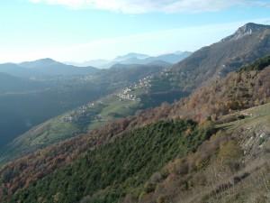 Il paesino di Amora adagiato sotto il monte Cornagera