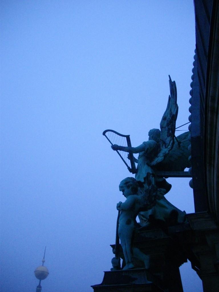 Dal duomo di Berlino angeli sospesi