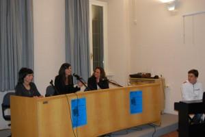 """Aurora Cantini, l'assessore alla cultura di Pontirolo Nuovo Erica Bertocchi e Kenia Cedeno, a destra, durante la presentazione di """"Gocce di memoria"""" poesia di Kenia Cedeno"""
