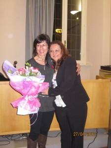 """Aurora Cantini e Kenia Cedeno, a destra, durante la presentazione di """"Gocce di memoria"""" poesia di Kenia Cedeno"""