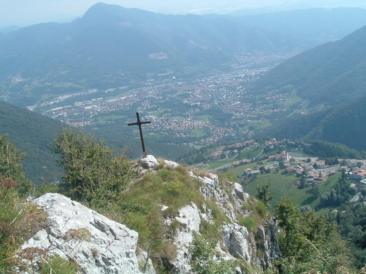 La croce sulla Cornagera, Altopiano di Aviatico, dall'alto il paesino di Amora