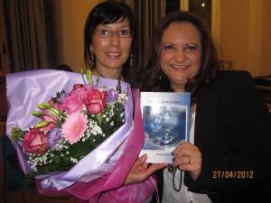 """Aurora Cantini e Kenia Cedeno, a destra, durante la presentazione de """"Gocce di memomira"""" poesie di Kenia"""