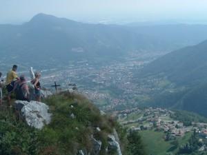 Sulla vetta della Cornagera si ammira la cittadina di Albino, in Valle Seriana, punti di vita sparsi sull'orizzonte