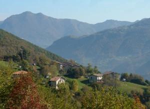 Valle Brembana e il pendio su cui svetta il paesino di Sant' Antonio Abbandonato