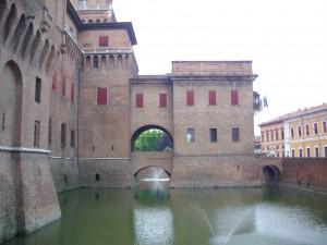 L'elegante fossato che fa da corona all'imponente Castello degli Estensi, a Ferrara