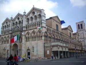 Il Duomo di Ferrara, con il porticato e il campanile inaccessibili