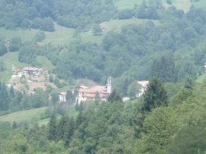 Il borgo dei Passoni di Cornalba con l'antica chiesa