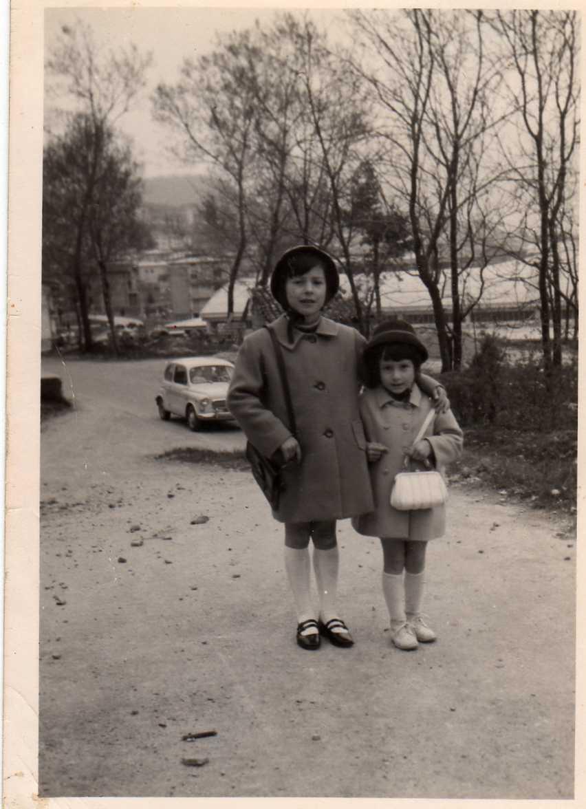 1969, alla Valle del Rovaro con la mia sorellina, e le nostre borsettine