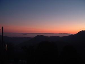 Il Monte Orfano, solitario, è come una nave dalla nebbia della pianura