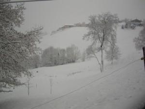 Il piccolo borgo di Amora di Aviatico sotto la neve