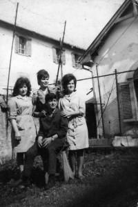 1961, giovani operai in divisa davanti alla chiesa dello Stabilimento Honegger, dietro si vede il Convitto. 1961