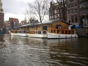 Un libro naviga dolcemente lungo i canali della fantasia (Amsterdam)