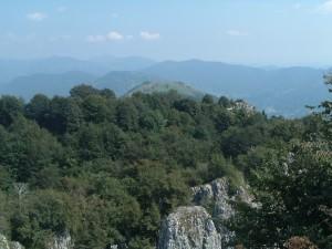 Il monte Rena con le antenne televisive e dietro il Pora e il monte Campione