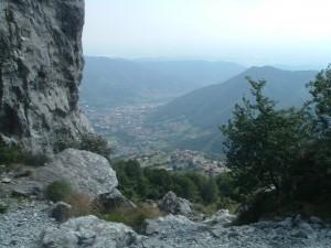 La media Valle Seriana con il paese di Albino e in alto il borgo di Amora visti dalla Cornagera