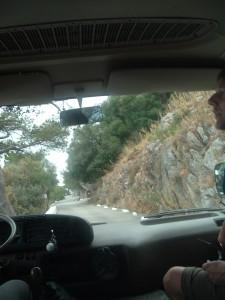 La stretta e tortuosa strada a tornanti verso l'alto della Rocca di Gibilterra