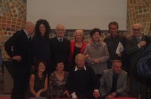 Foto di gruppo dei premiati e segnalati V Premio Iannucci Mazzoleni, il terzo da sinistra è Albino Zanella di Bergamo, accovacciati Ermellino Mazzoleni e il fratello Aloisio