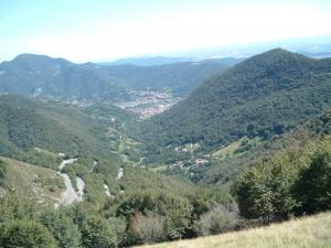 Il piccolo borgo di San Vito incastonato nella valle del Carso, sullo sfondo Nembro