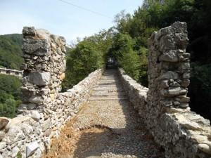 Il ponte pedonale Attone a Clanezzo