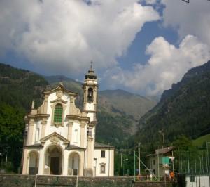 00 La chiesa di Bueggio con alle spalle i resti della diga del Gleno Alta Val Seriana 12