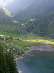 Il laghetto a monte della diga del Gleno e il torrente Dezzo