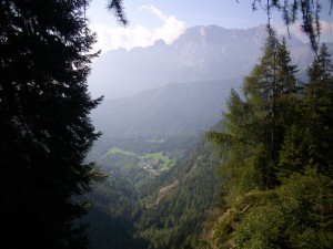 Dall'alto della diga del Gleno si vede la frazione Bueggio