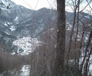 Il paesino di Rigosa in veste invernale con in alto il Santuario della Vergine del Monte Perello Perello