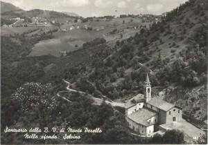 """Cartolina d'epoca di Giuseppe Pino Bertocchi: Il Santuario della Beata Vergine del Monte Perello e sullo sfondo a sinistra la """"Sciesopoli"""" di Selvino"""
