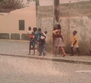 Nei villaggi ancora oggi i ragazzi più grandi si occupano dei fratellini