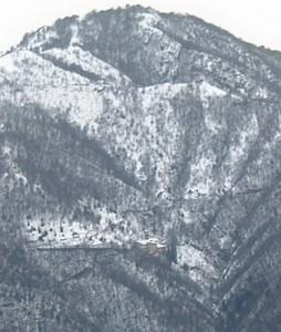 Il santuario della Vergine del Monte Perello arroccato sul costone roccioso