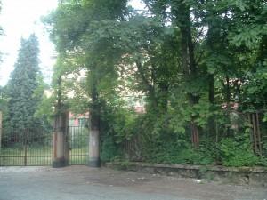 La cancellata di accesso alla Sciesopoli Selvino oggi