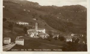 Cartolina d'epoca di Giuseppe Pino Bertocchi: Aviatico con la Via Mercatorum visto dal piazzale prima della chiesetta di San Rocco