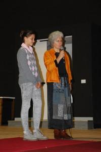 L'alunna Gloria Gritti premiata, con accanto Giusi Quarenghi (per gentile concessione della famiglia)