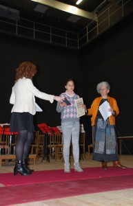 L'alunna Gloria Gritti premiata da Elide Fumagalli, con accanto Giusi Quarenghi (per gentile concessione della famiglia)