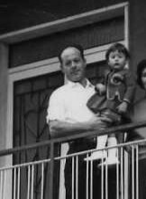 1964, in braccio al papà