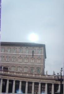 Giovanni Paolo II alla finestra del Palazzo Apostolico il Lunedì dell'Angelo del 2004