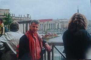 Dietro l'altare in Piazza San Pietro, al termine della Messa di Pasqua dell'11 aprile 2004