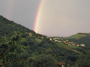 Il paesino di Amora di Aviatico sotto l'arcobaleno, foto di Giuseppe Pino Bertocchi