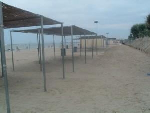 L'ex Colonia Marina Cardinal Schuster a Cesenatico oggi, le tettoie in spiaggia