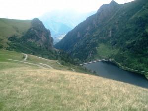 Il Lago Moro al Passo San Marco e la diga che incombe sulla Valle di Mezzoldo