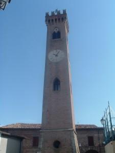Il Campanile di San Michele Arcangelo, con la statua sulla cima