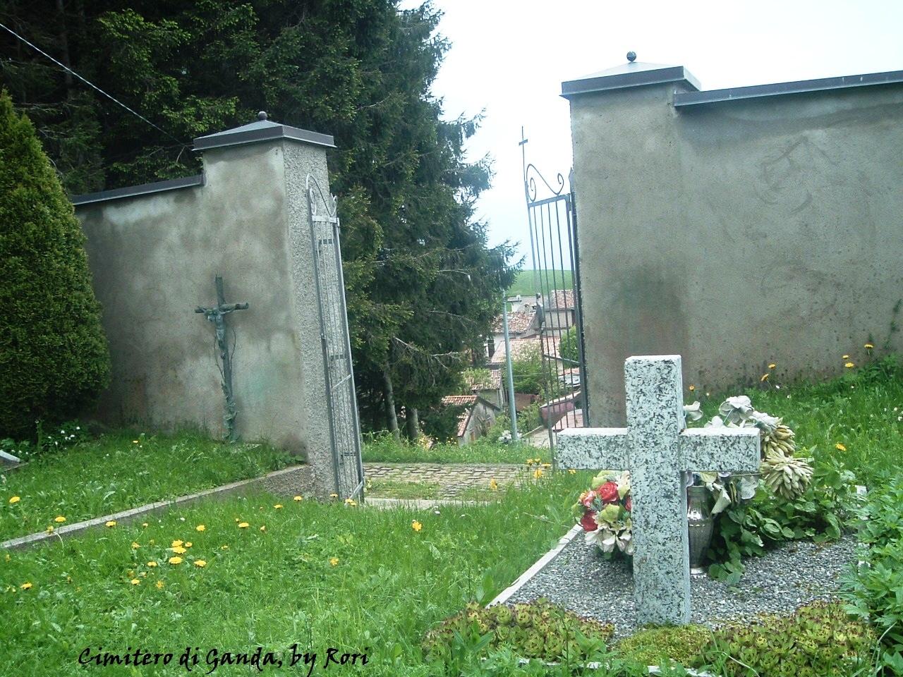 Dietro il cancelletto del piccolo cimitero di Ganda frazione di Aviatico