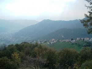 ll paese di Amora, Orobie Bergamasche, dall'alto sulla valle