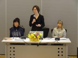 Al centro la coordinatrice dell'evento signora Silvia Zanoni tra Aurora Cantini e Irma Kurti