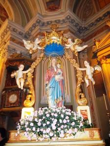 """La """"nuova"""" Madonna del Rosario scolpita da Angelo Gritti, Bergamo, nel 1963 sul trono e circondata dallo stesso baldacchino con gli angeli in volo usato da seocli per la vecchia Madonna vestita, adattato alla misura più alta della nuova statua."""
