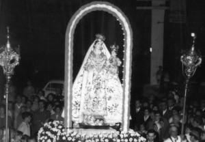 Un momento della Processione con la Madonna del Rosario vestita di Selvino, anni Sessanta.