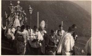 Processione dell'8 ottobre 1939 ad Amora, con la Madonna del Rosario vestita in abito bianco oro