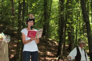 Aurora Cantini legge l'introduzione all'antologia