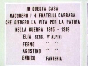 La targa sulla facciata della casa dei fratelli Carrara nells contrada Amora Bassa benedetta da Don Bepo Vavassori l'8-10-1972