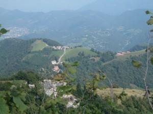 Foto 1 Il paese di Ganda visto dalla Cornagera